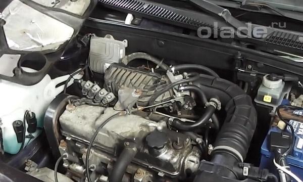 Снять верхнюю пластиковую защиту двигателя Лады