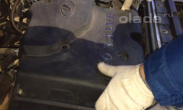 Снимите защитный кожух двигателя
