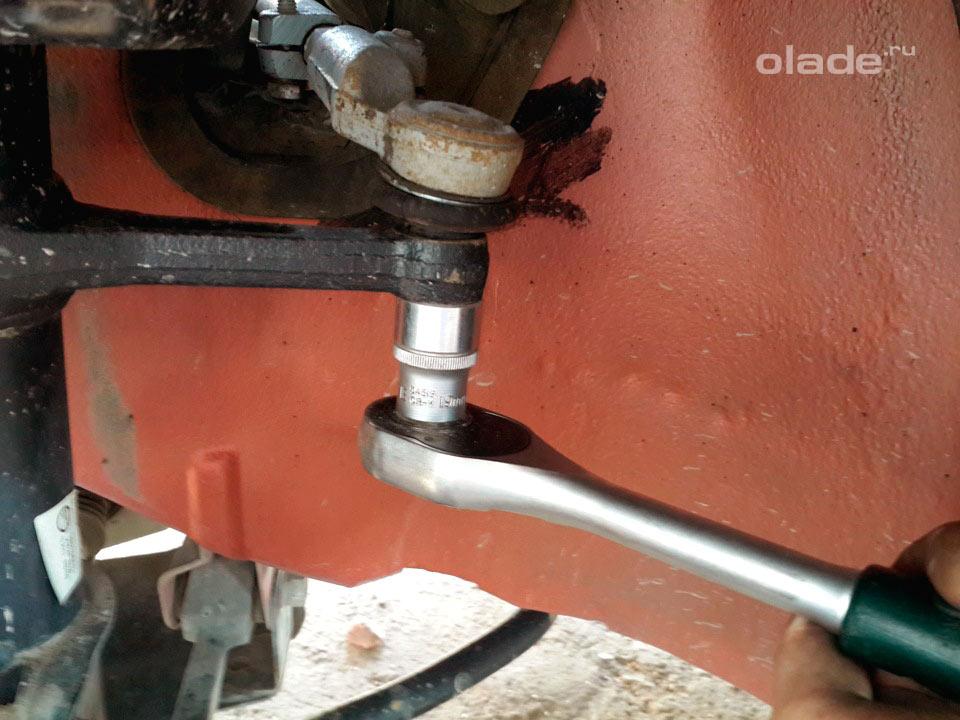 Замена амортизатора передней подвески на Ладе Гранта (фото 1)
