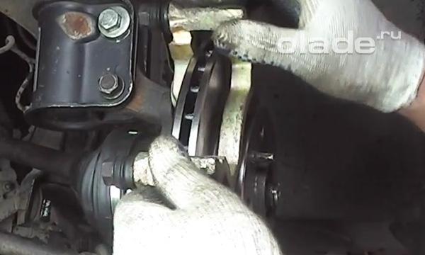 Установка скобы тормозного суппорта Лады