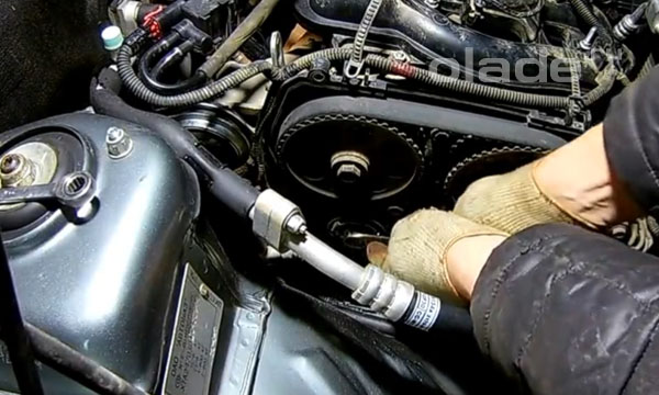 Ключом 15 мм ослабьте болт натяжного ролика