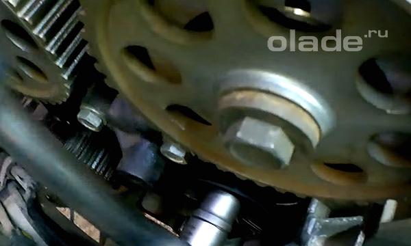 Ключом 15 мм открутите обводной ролик