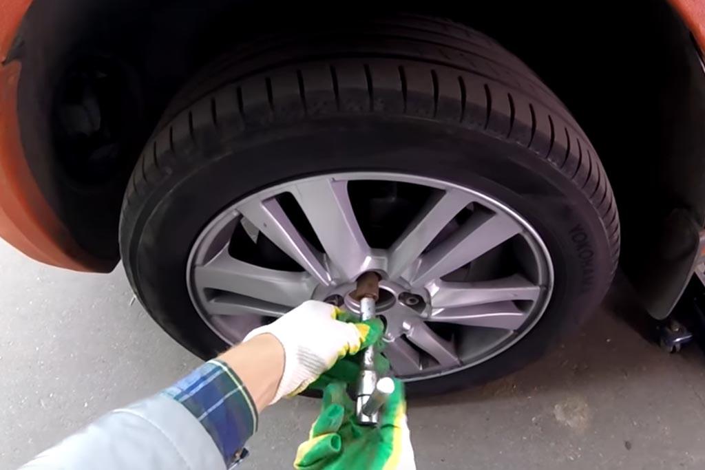 Замена переднего тормозного суппорта на Ладе Веста (фото 3)