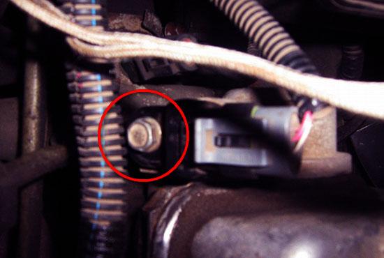 Болт крепления датчика распредвала ВАЗ 2115 который необходимо открутить