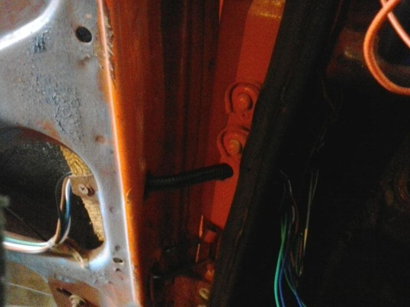 Прокладка проводов со стойки в дверь
