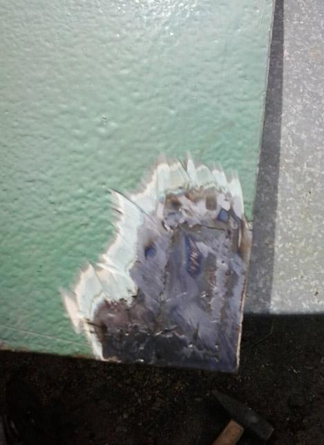 Удалена также шпаклевка вокруг, которая вздулась от сварки