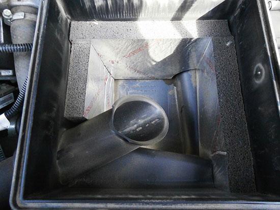 Произведите очистку корпуса воздушного фильтра