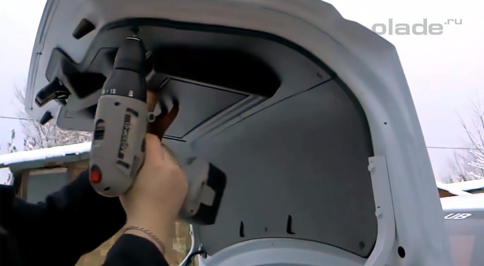 Установка обшивки крышки багажника Лада Гранта (фото 1)