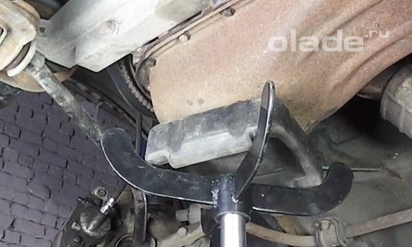 Поставить под поддон двигателя гидравлическую стойку