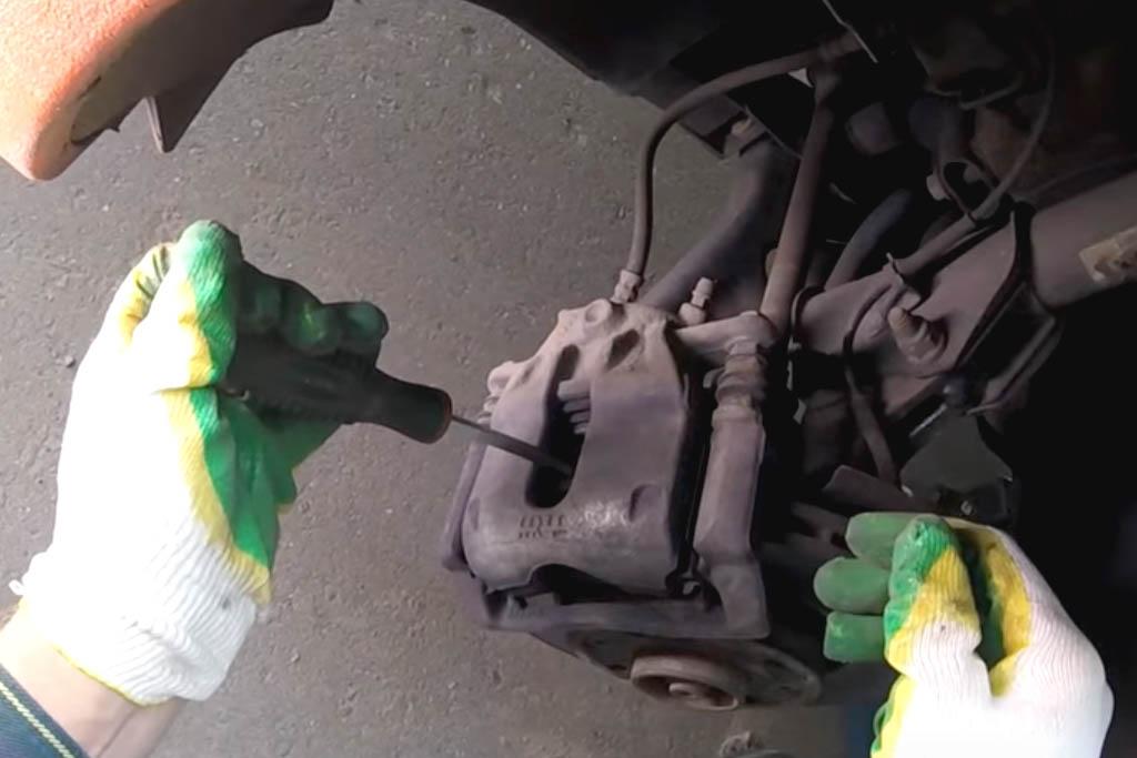 Замена переднего тормозного суппорта на Ладе Веста (фото 4)