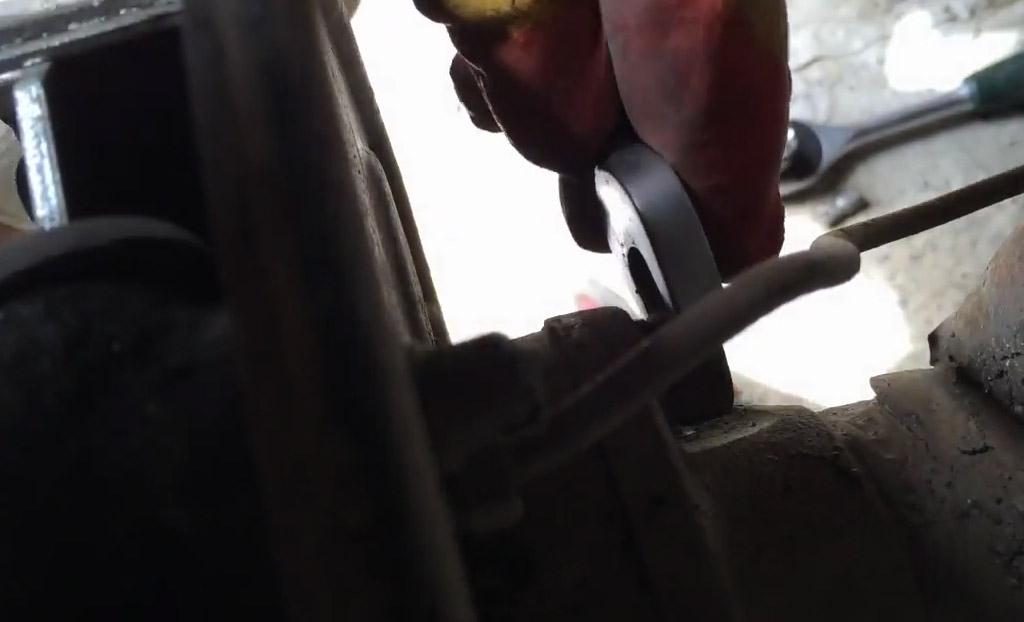 Открутите по 2 гайки с каждой стороны сзади тормозного щита