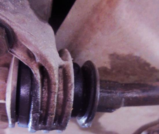 Люфт в соединении и выработка уплотнителя — одна из причин по которой меняют краб