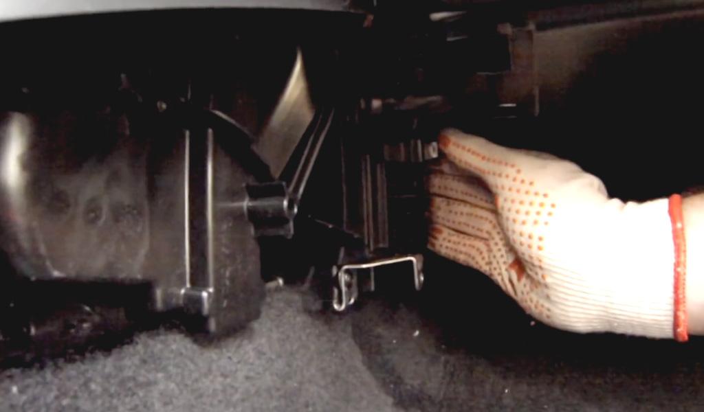 Замена салонного фильтра Lada Vesta (фото 4)