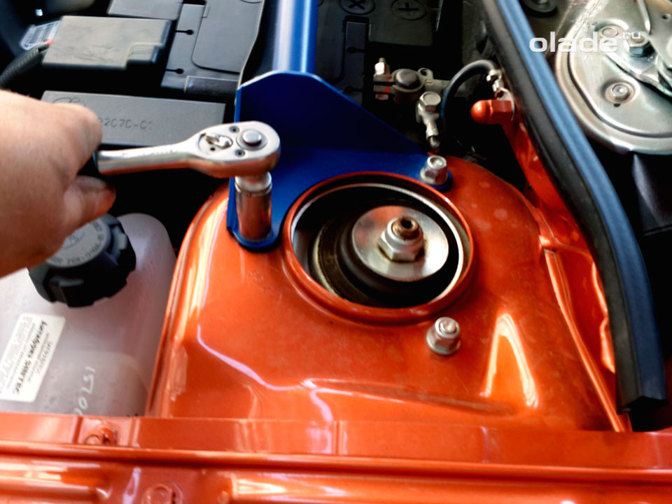 Замена амортизатора передней подвески на Ладе Гранта (фото 4)
