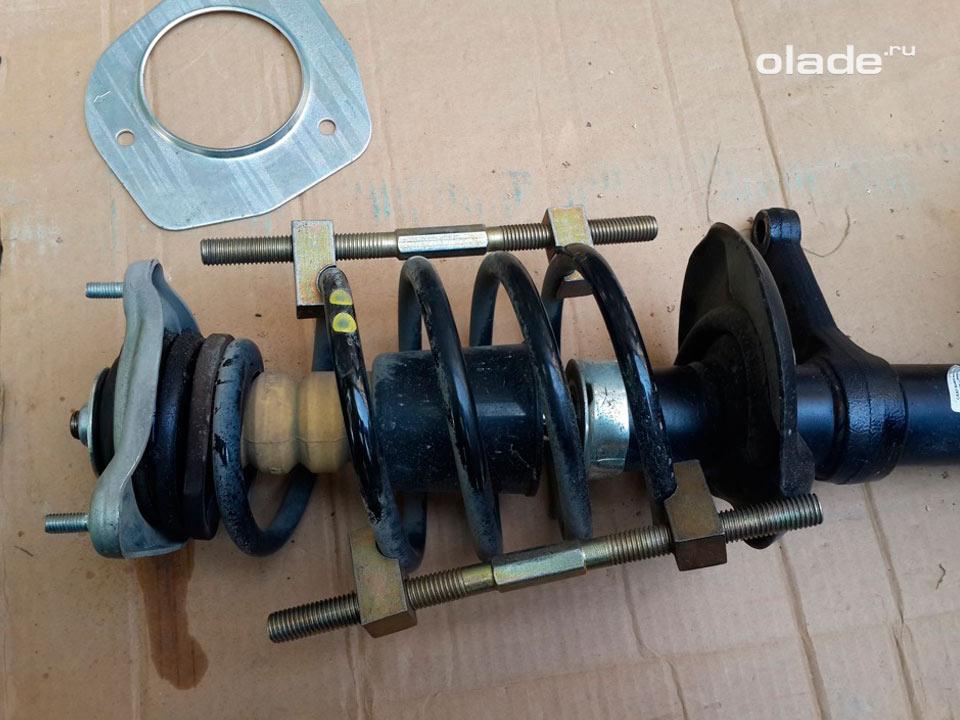 Замена амортизатора передней подвески на Ладе Гранта (фото 5)