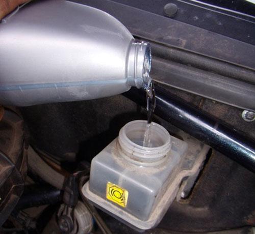 Залейте тормозную жидкость в бачок