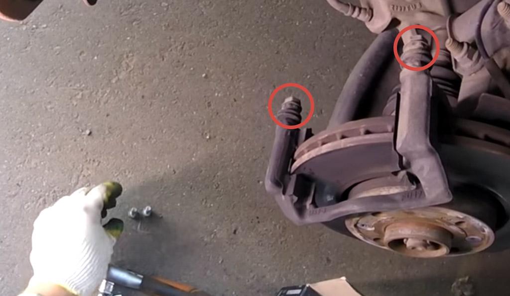 Замена переднего тормозного суппорта на Ладе Веста (фото 9)