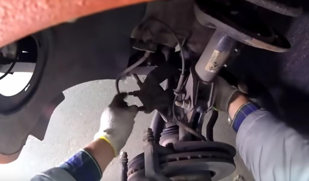 Замена передних тормозных колодок на Ладе Веста (фото 8)