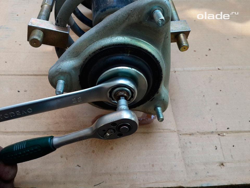 Замена амортизатора передней подвески на Ладе Гранта (фото 6)