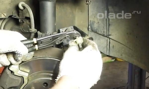 Скрутить пластиковую регулировочную гайку