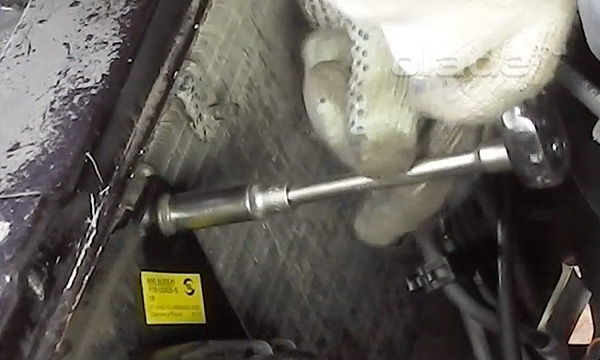 Открутить верхние гайки крепления вентилятора к радиатору Лады