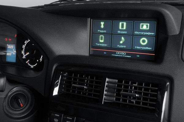 Бортовой компьютер и вставки из черного лака - признак комплектации ЛЮКС