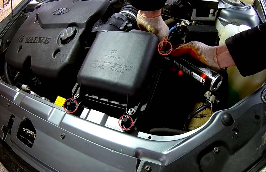 Как снять воздушный фильтр на Лада Приора, смажьте резиновые опоры корпуса фильтра силиконовой смазкой
