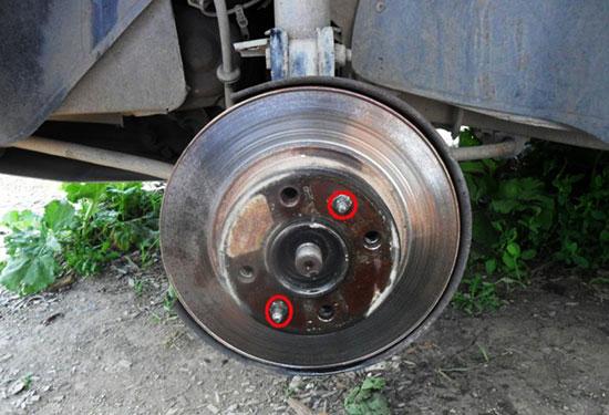 Открутите шпильки крепления тормозного диска