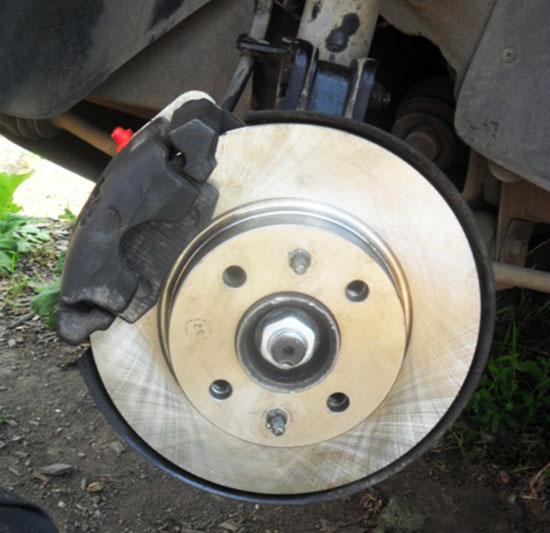 Процесс замены тормозного диска завершен