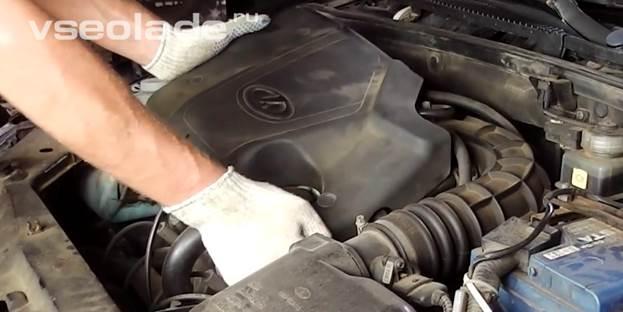 Снять пластиковую защиту двигателя