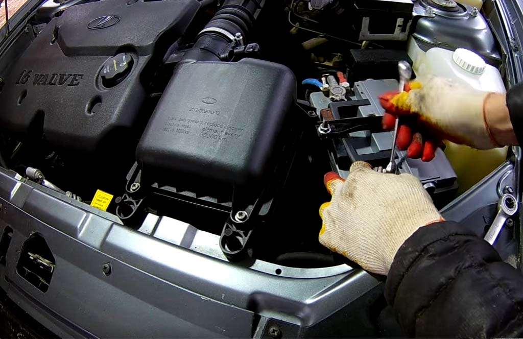 Как снять аккумулятор на «Приоре», «Калине» или «Гранте», стянуть минусовую клемму