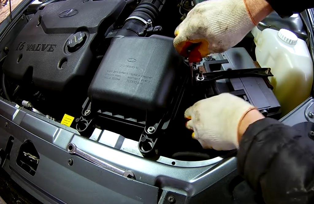 Как снять аккумулятор на «Приоре», «Калине» или «Гранте», открутить нижнюю гайку болта прижимной планки