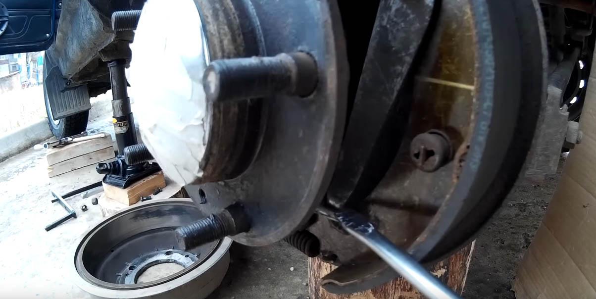 Регулировка ручного тормоза на Ладе 4х4, расхождение колодок