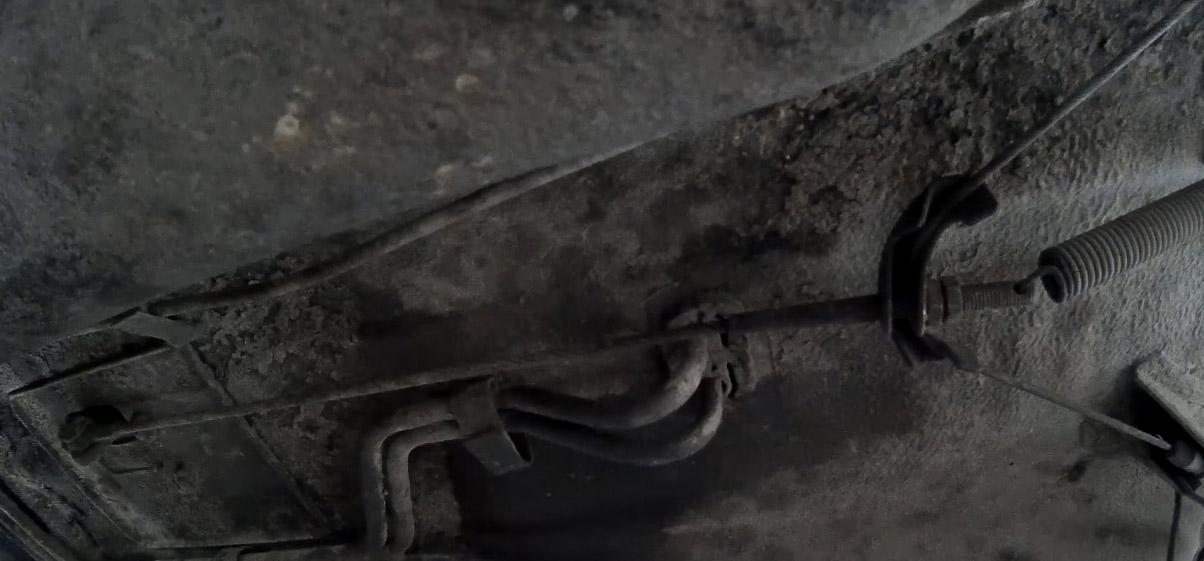 Регулировка ручного тормоза на Ладе 4х4, затяните контргайку ключом на 13