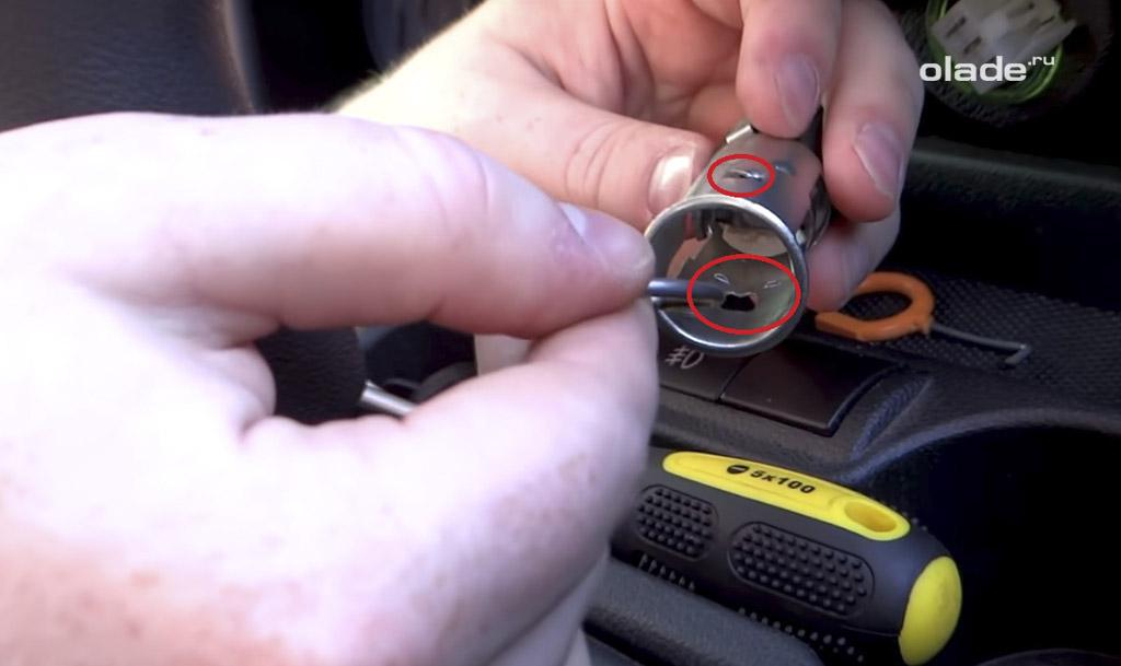 Замена прикуривателя на розетку на Ладе Гранта, отогните лепестки крепления металлической части в патроне