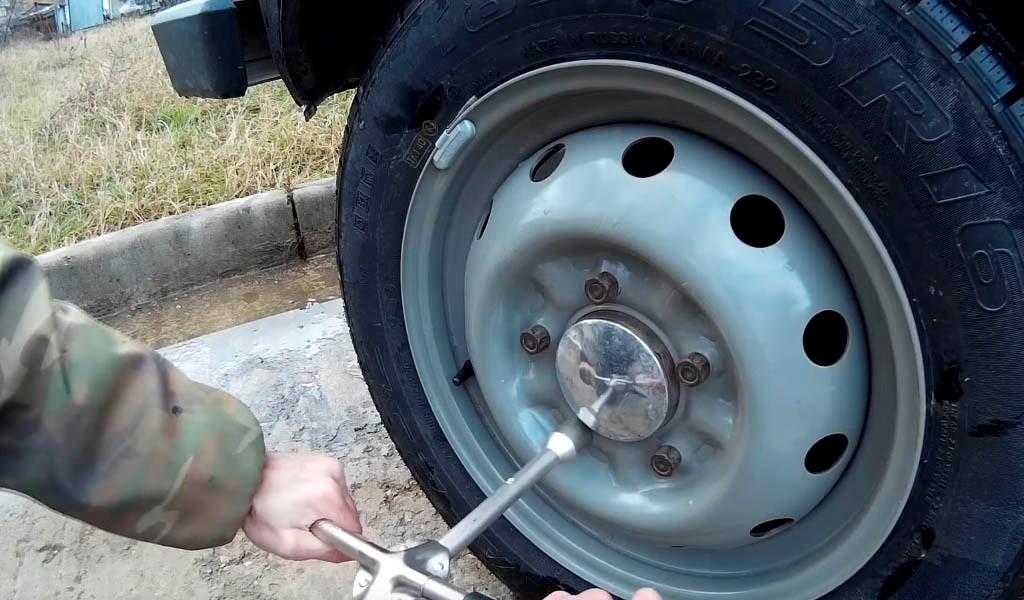 Замена передних тормозных колодок на Ниве: фото (фото 2)