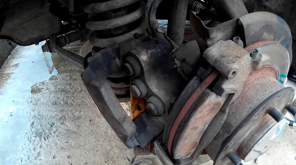Замена передних тормозных колодок на Ниве: фото (фото 8)