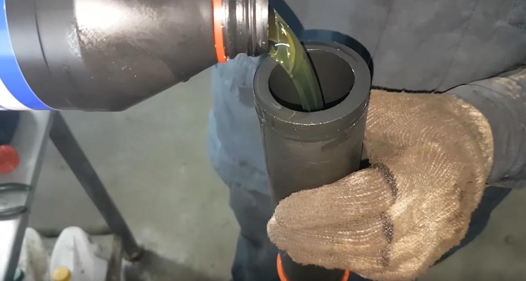 Замена трансмиссионного масла в КПП на Ладе Веста: установите шланг в отверстие для залива