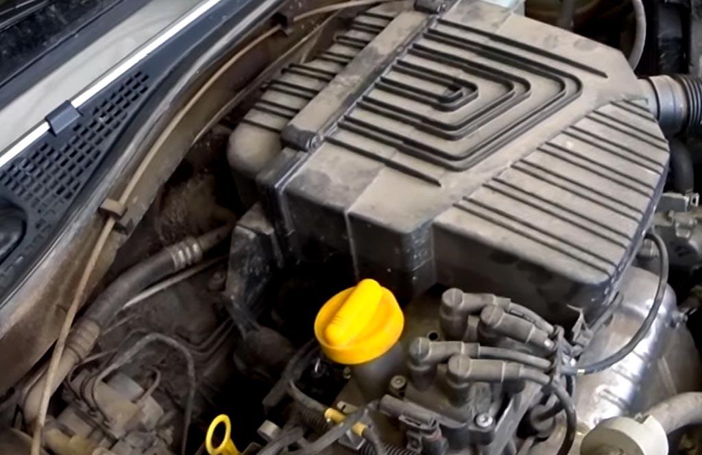 Замена масла и масляного фильтра на Лада Ларгус, открутить пробку заливного отверстия двигателя