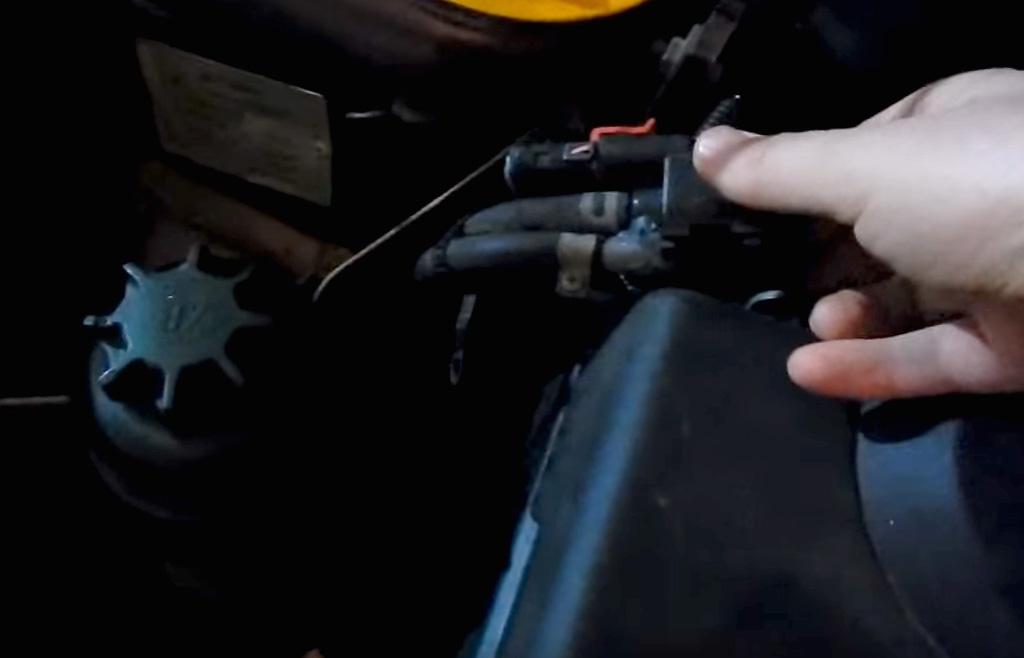 Замена свечей зажигания на Лада Приора, отключите электромагнитный клапан