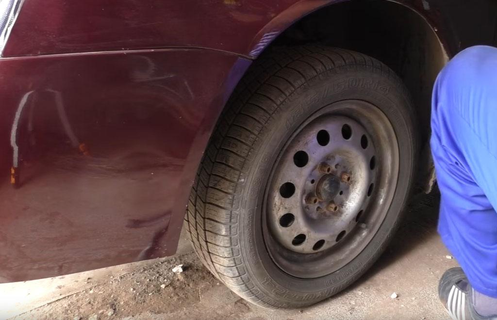Замена тормозных дисков на Ладе Приора, ослабьте 4 болта, на которые крепится колесо