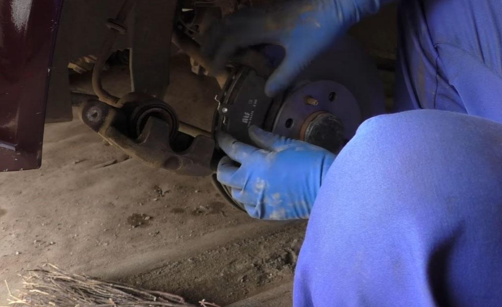 Замена тормозных дисков на Ладе Приора, замените тормозные колодки