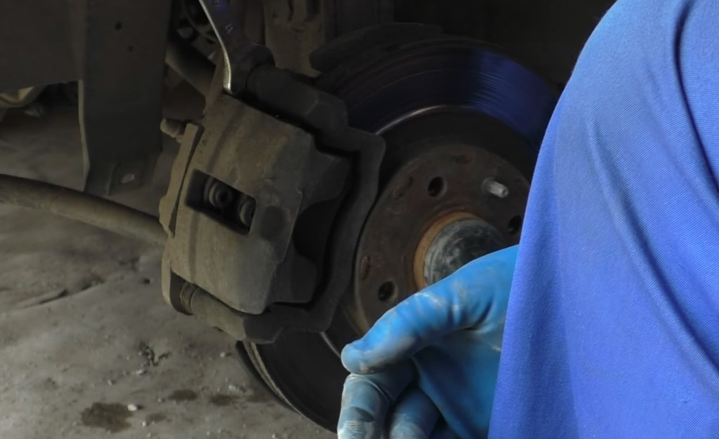 Замена тормозных дисков на Ладе Приора, придерживайте направляющий палец