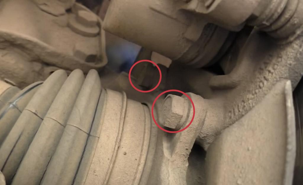 Замена тормозных дисков на Ладе Приора, отсоедините два болта крепления скобы к поворотному кулаку