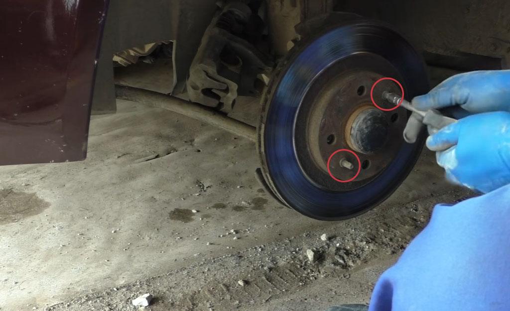 Замена тормозных дисков на Ладе Приора, отвинтите два направляющих штифта тормозного диска