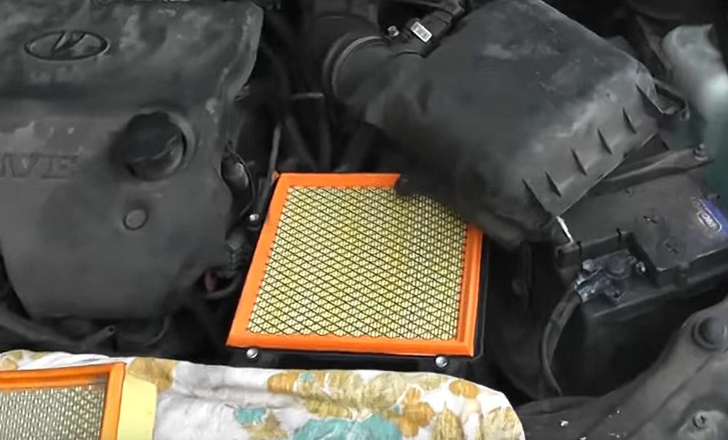 Замена воздушного фильтра на Лада Приора, закрутите винты отверткой