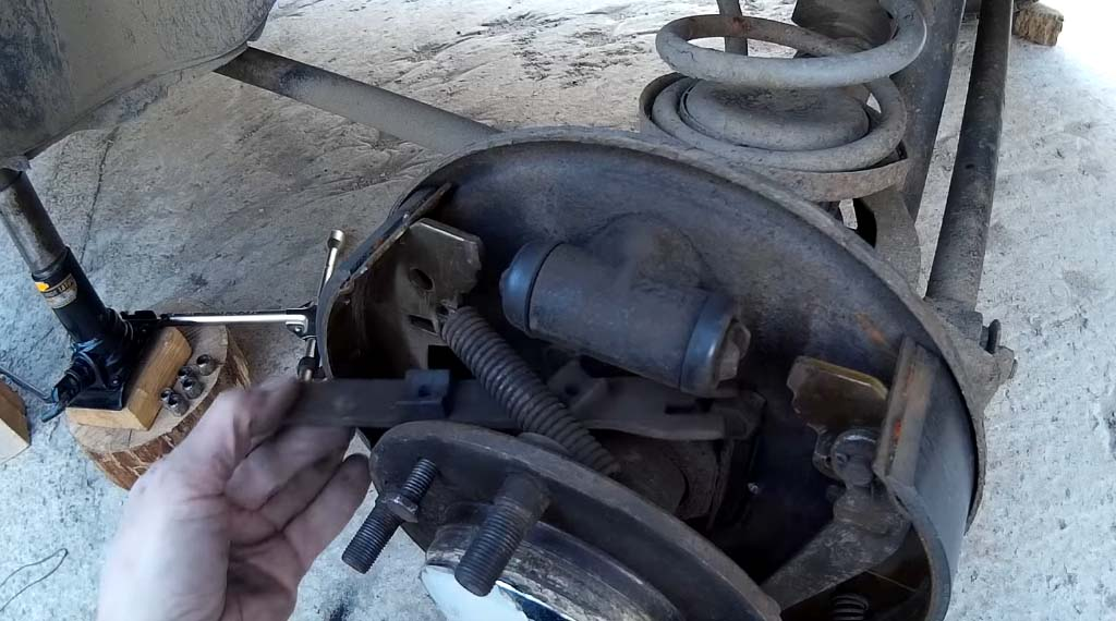 Замена задних тормозных колодок на Ладе 4х4, вытащите распорную планку