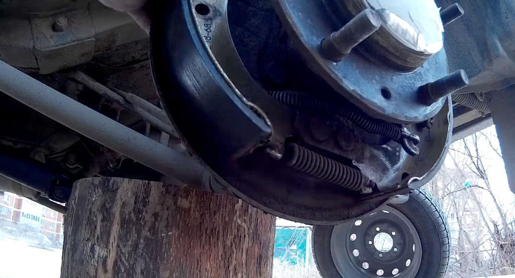 Замена задних тормозных колодок на Ладе 4х4, установите левую колодку на место