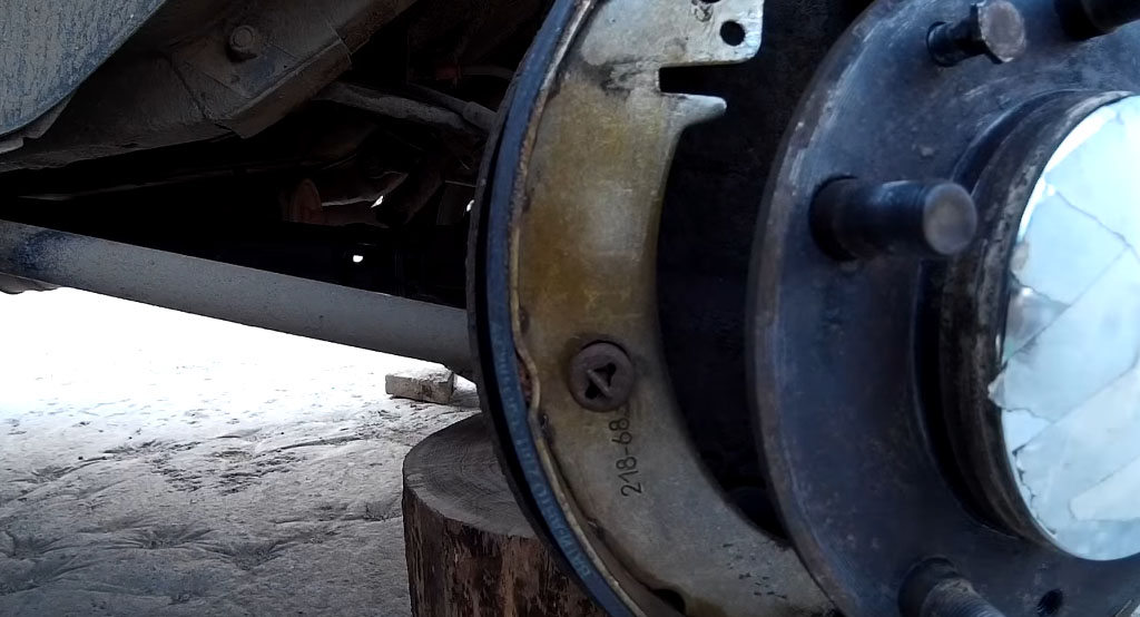 Замена задних тормозных колодок на Ладе 4х4, прикрепите стойку к левой колодке