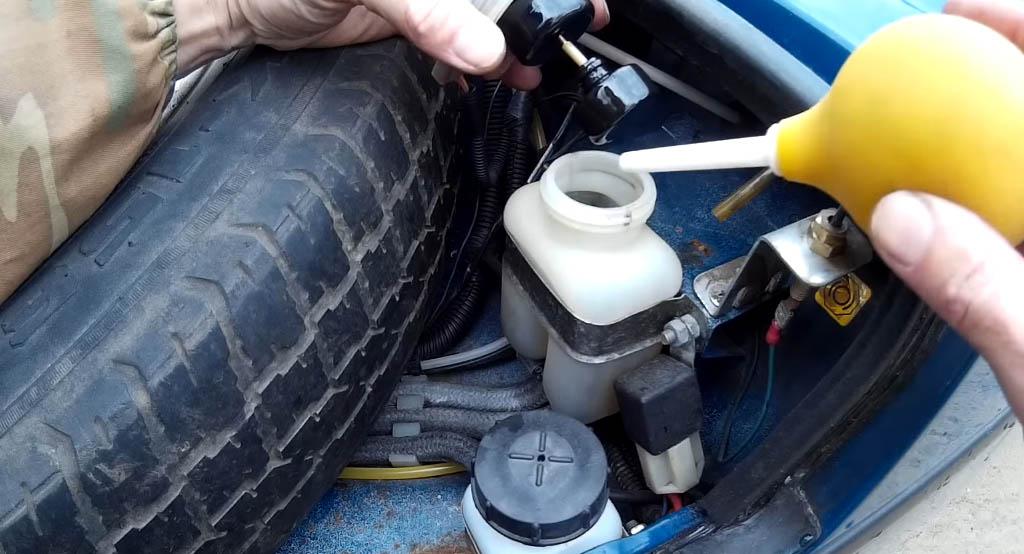 Замена задних тормозных колодок на Ладе 4х4, проверьте уровень тормозной жидкости